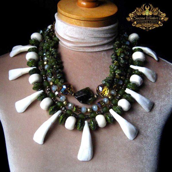 Paganlik amulett pühvli hammaste, rohelise granaadi, kontide ja Aafrika helmestega Foto: Susan Tooker