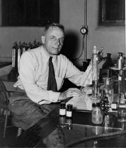 Dr Otto Heinrich Warburg koos raku hapnikutaseme mõõtmise atribuutikaga.  Foto: Flax Awareness Society